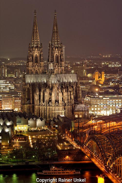 DEU , DEUTSCHLAND : Der Koelner Dom in Koeln am Rhein , rechts die Hohenzollernbruecke<br /> |DEU , GERMANY : Cologne Cathedral at Rhine river , at right the Hohenzollern Bridge|<br /> 01.12.2014<br /> Copyright by : Rainer UNKEL , Tel.: 0171/5457756