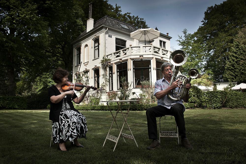 eelde 20110506. Dick en Rieteke Verel van het Muziekinstrumentenmuseum Vosbergen. foto: Pepijn van den Broeke.