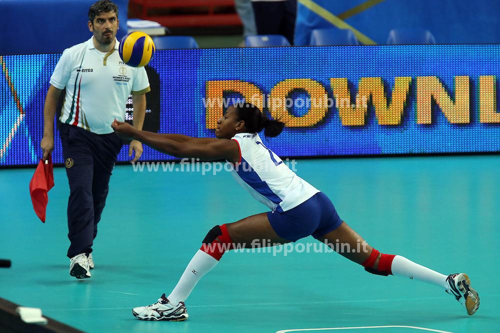 Regla Rainierys Gracia Gonzalez digs a ball