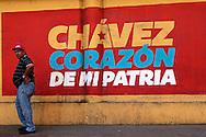 SAÚDE DE CHÁVEZ -  CARACAS - 04/01/2013 .INTERNACIONAL -  Morador de Caracas da Zona Oeste. Hugo Chávez, que foi operado em Cuba em dezembro último em decorrência de um câncer e tem enfrentado um pós-operatório difícil.  FOTO: DANIEL GUIMARÃES/FRAME