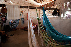 Galpao com rede. A rede de descanso ou rede de dormir e um utensilio domestico de origem indigena, que originalmente era feita com cipo e lianas. Chamadas de hamaka. Consiste numa especie de tecido com alcas./ A hammock is a sling made of fabric, rope, or netting, suspended between two points, used for swinging, sleeping, or resting.The hammock is often seen as symbol of summer, leisure, relaxation and simple, easy living.Foto Adri Felden/Argosfoto