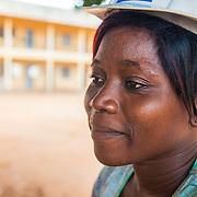 LÉGENDE: Deux étudiantes en train de resoudre une équation sous la supervision du prof. Godfray K N Kavege. LIEU: CERFER, Lomé, Togo. PERSONNE(S): Etudiantes de (gauche à droite) en arrière plan Mr Godfray K N Kavege.
