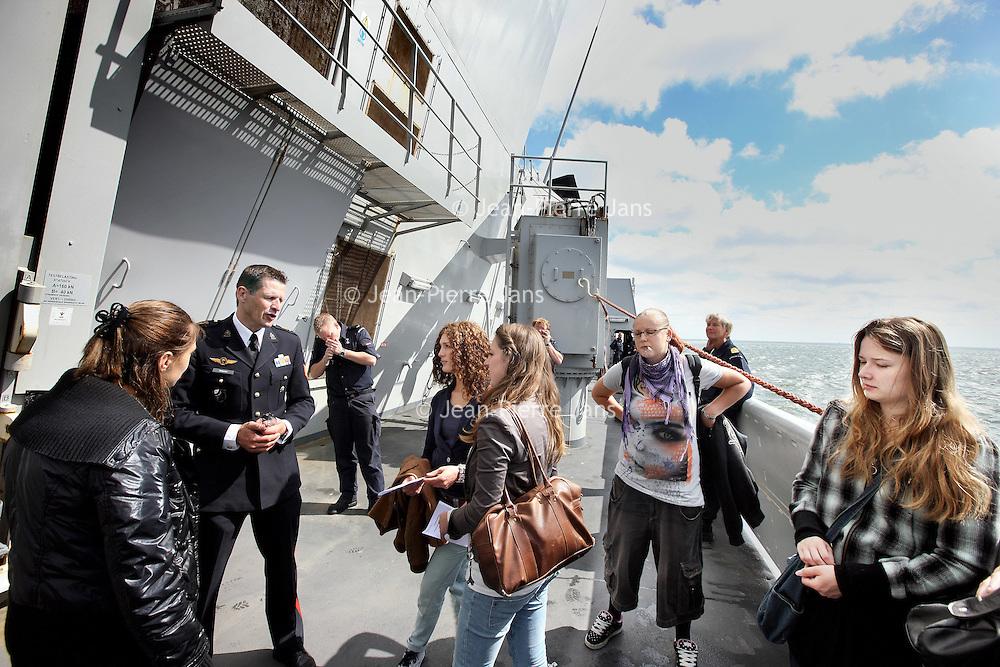 Nederland, Den Helder , 16 juni 2010..Meidenvaardag bij de Marine..Jonge meiden kunnen kennis maken met de marine met als doel zich later eventueel aan te melden..De meiden mochten de hele dag een kijkje nemen achter de schermen van de marine op 1 van de schepen die een tocht langs de Nederlandse kust maakte..Doelstelling was het werven van meer vrouwen bij de marine..Girls sailing days in the Navy. The goal was to recruit more women in the Navy.