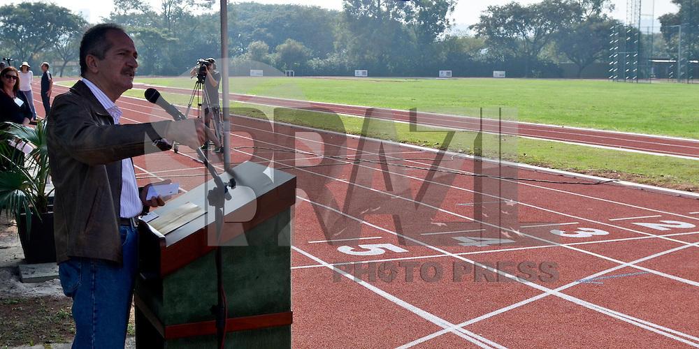 SAO PAULO, SP, 08 DE JUNHO DE 2013 - ENTREGA NOVA PISTA DE ATLETISMO USP: O ministro do Esporte, Aldo Rebelo, participou na manhã deste sábado (08), na Cidade Universitária de São Paulo, da entrega da nova pista de atletismo do Centro de Práticas Esportivas da Universidade de São Paulo (Cepeusp). O equipamento foi totalmente reconstruído com recursos da Lei de Incentivo ao Esporte, que autorizou a captação de R$ 1,6 milhão. As obras da reforma duraram cerca de dez meses e fazem parte de um Complexo Poliesportivo que tem como objetivo planejar, coordenar e implementar as ações necessárias à prática de atividades físicas, esportivas e recreativas no âmbito da universidade, estendendo sempre esses benefícios à comunidade externa. FOTO: LEVI BIANCO - BRAZIL PHOTO PRESS.