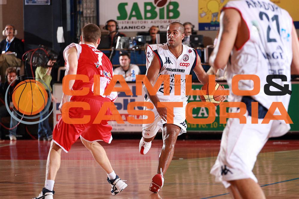 DESCRIZIONE : Biella Lega A1 2008-09 Angelico Biella Bancatercas Teramo<br /> GIOCATORE : Joe Smith<br /> SQUADRA : Angelico Biella<br /> EVENTO : Campionato Lega A1 2008-2009<br /> GARA : Angelico Biella Bancatercas Teramo<br /> DATA : 19/10/2008<br /> CATEGORIA : Palleggio<br /> SPORT : Pallacanestro<br /> AUTORE : Agenzia Ciamillo-Castoria/S.Ceretti