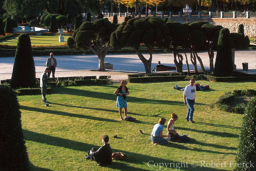 SPAIN, MADRID, RECREATION Retiro Park, the formal gardens