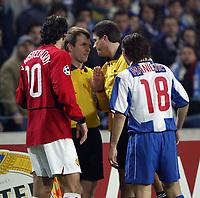 PORTO-25 FEVEREIRO:VAN NISTELROOY#10 , arbitro assistente , arbitro prinpal HERBERT FANDEL e MANICHE#18 no jogo F.C. Porto vs Manchester United F.C. primeira mao dos oitavos de final da Liga dos campeoes realizado no estadio do Dragao 25/02/2004.<br />(PHOTO BY:GERARDO SANTOS/AFCD)