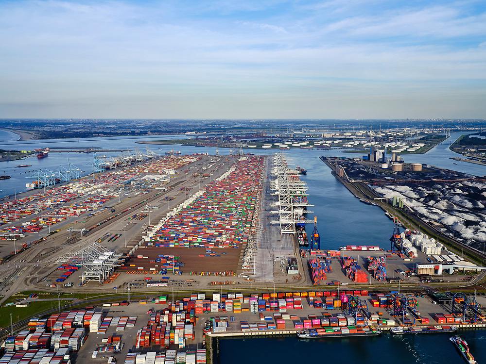 Nederland, Zuid-Holland, Rotterdam, 14-09-2019; Tweede Maasvlakte (MV2),  Hartelhaven (voorgrond), Amazonehaven, met ECT Delta Terminal (containers) en Mississippihaven met EMO (overslag droge bulk, zoals erts en kolen). <br /> Second Maasvlakte (MV2), Maasvlakte Plaza. Amazonehaven, with ECT Delta Terminal (containers) and Mississippihaven with EMO (transshipment of dry bulk, such as ore and coal). <br /> <br /> luchtfoto (toeslag op standard tarieven);<br /> aerial photo (additional fee required);<br /> copyright foto/photo Siebe Swart