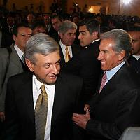 Queretaro, Qro.- El jefe de gobierno del D.F. Andres Manuel Lopez Obrador es saludado por el gobernador del Estado de Mexico Arturo Montiel al termino de la ceremonia inaugural de la I Convencion nacional Hacendaria en la ciudad de Queretaro el 5 de Febrero de 2004. Agencia MVT / Mario Vazquez de la Torre.
