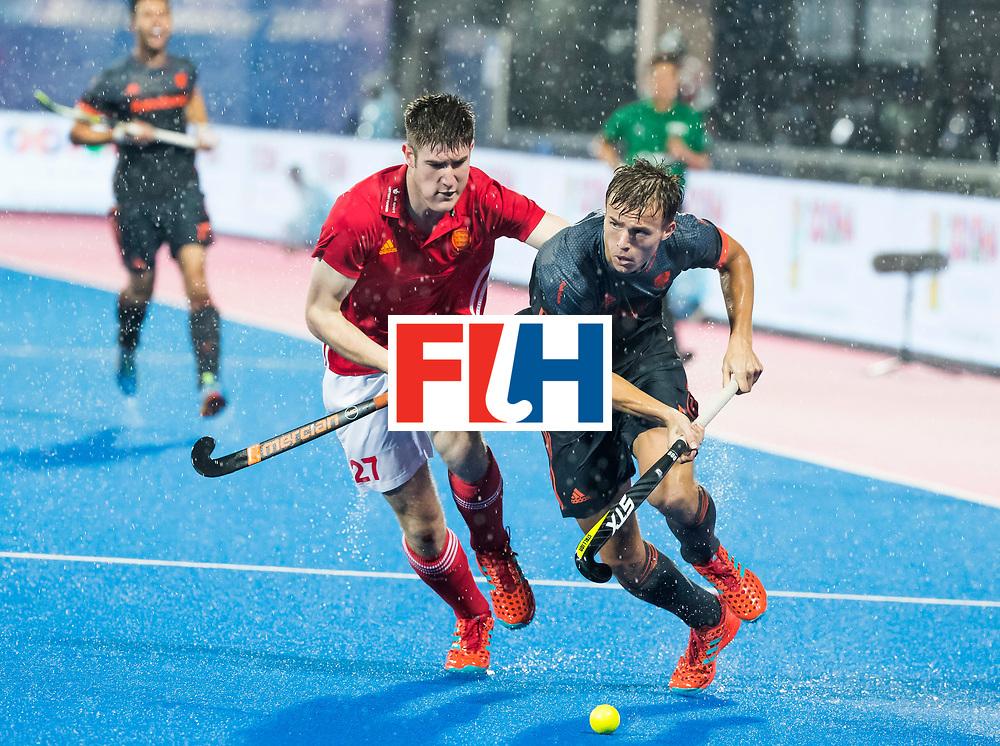BHUBANESWAR -  Thijs van Dam (Ned) met Liam Sanford (Eng) tijdens  de Hockey World League Finals , de wedstrijd om de 7e plaats, Engeland-Nederland (0-1).   COPYRIGHT KOEN SUYK