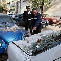 Toluca, Mex.- El derrumbe de una pared de la cerveceria Modelo provoco daños a los vehiculos propiedad de policias de transito que se encontraban estacionados a media cuadra de su cuartel en la calle de 1 de Mayo. Agencia MVT / Mario Vazquez de la Torre. (DIGITAL)<br /> <br /> <br /> <br /> <br /> <br /> <br /> <br /> NO ARCHIVAR - NO ARCHIVE