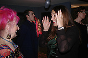 Zandra Rhodes and Lynne Franks. Zandra Rhodes- A Lifelong Affair with textiles.-Zandra Rhodes retrospective exhibition. Fashion and Textile museum. 1 February 2005. ONE TIME USE ONLY - DO NOT ARCHIVE  © Copyright Photograph by Dafydd Jones 66 Stockwell Park Rd. London SW9 0DA Tel 020 7733 0108 www.dafjones.com